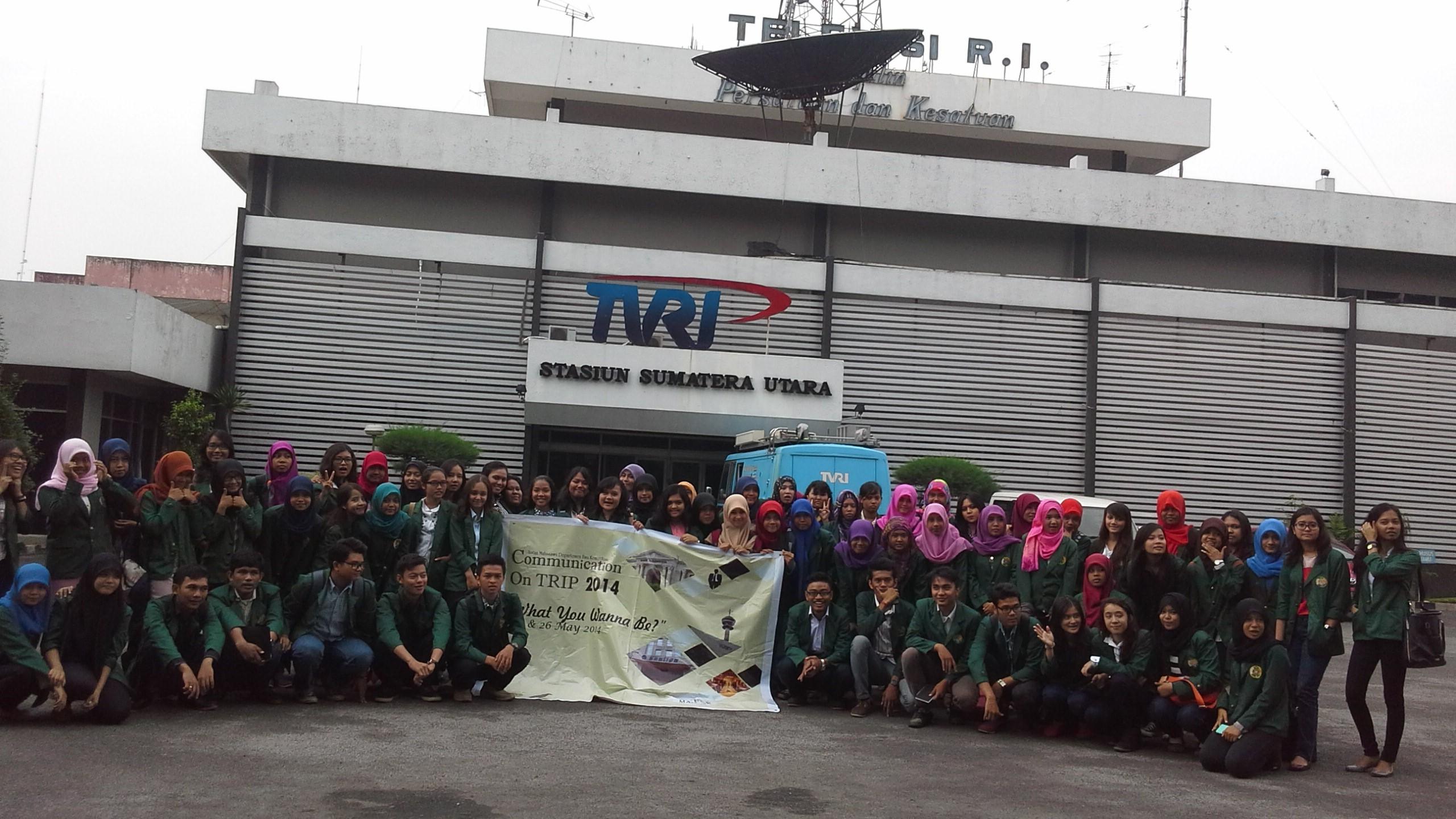 Mahasiswa Ilmu Komunikasi - Usu berfoto bersama di depan Gedung Stasiun Tvri Sumatra Utara (26/05)