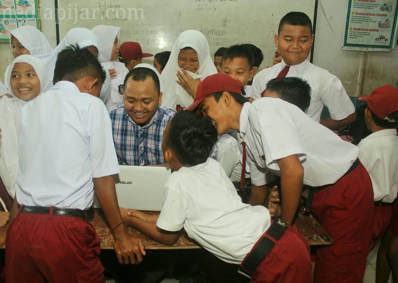 Belajar bersama guru.  (Fotografer : Dita Andriani)