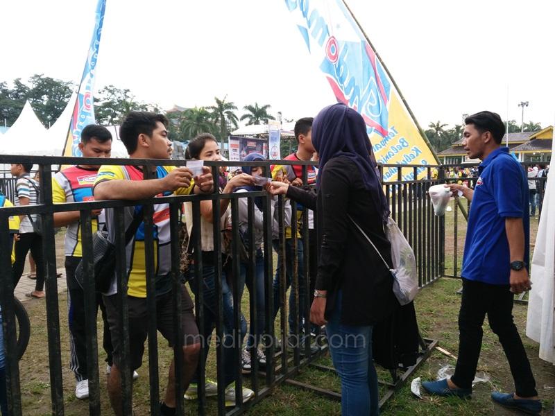 Pengunjung Acara Funbike Indomart 2016 sedang menukarkan kupon dengan panitia di Lapangan Merdeka, Medan. (13/11) Fotografer : Dini Bayazid