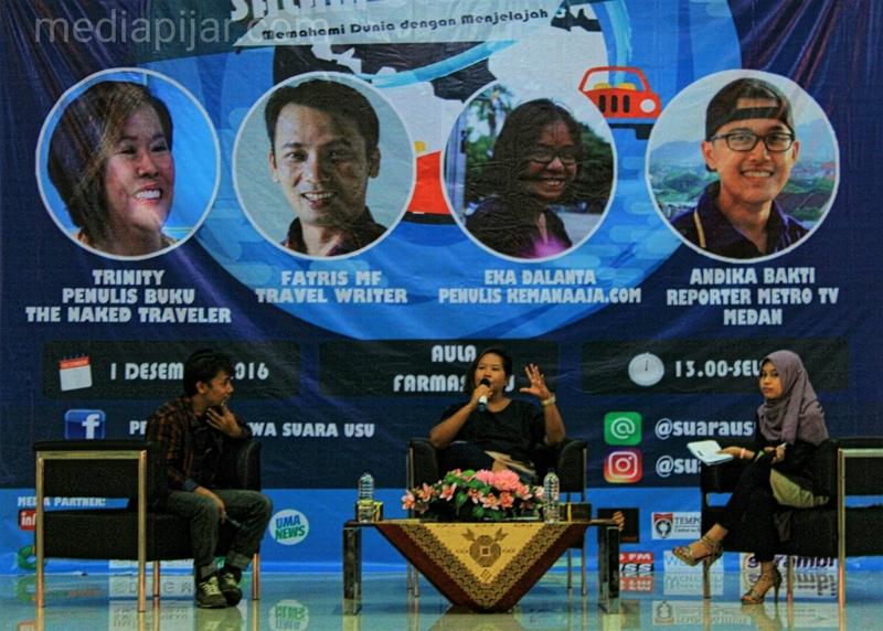 Fatris MF, Trinity dan Tantry Ika Adriati (dari kiri) membahas tentang travel writing di Talkshow Salam Ulos 2016 (01/12). (Fotografer : Grace Kolin)