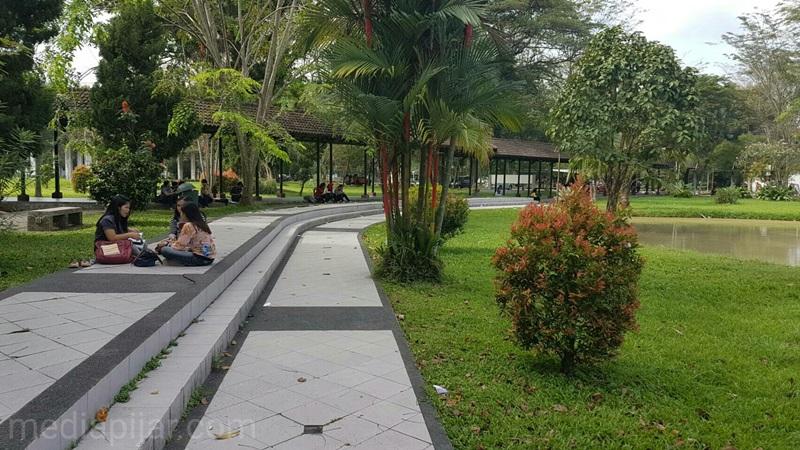 Suasana di depan gedung Perpustakaan yang dimana sering dijadikan tempat untuk bercengkerama.  ( Fotografer : Dwi Harizki)