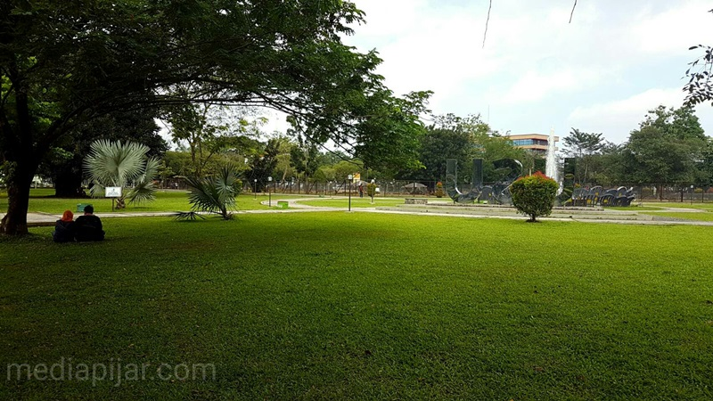 Lokasi halaman depan Biro Rektor yang sering dijadikan tempat untuk santai. ( Fotografer : Dwi Harizki)