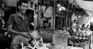 Senyum sang pedagang.  (Fotografer : Siti Halimah)