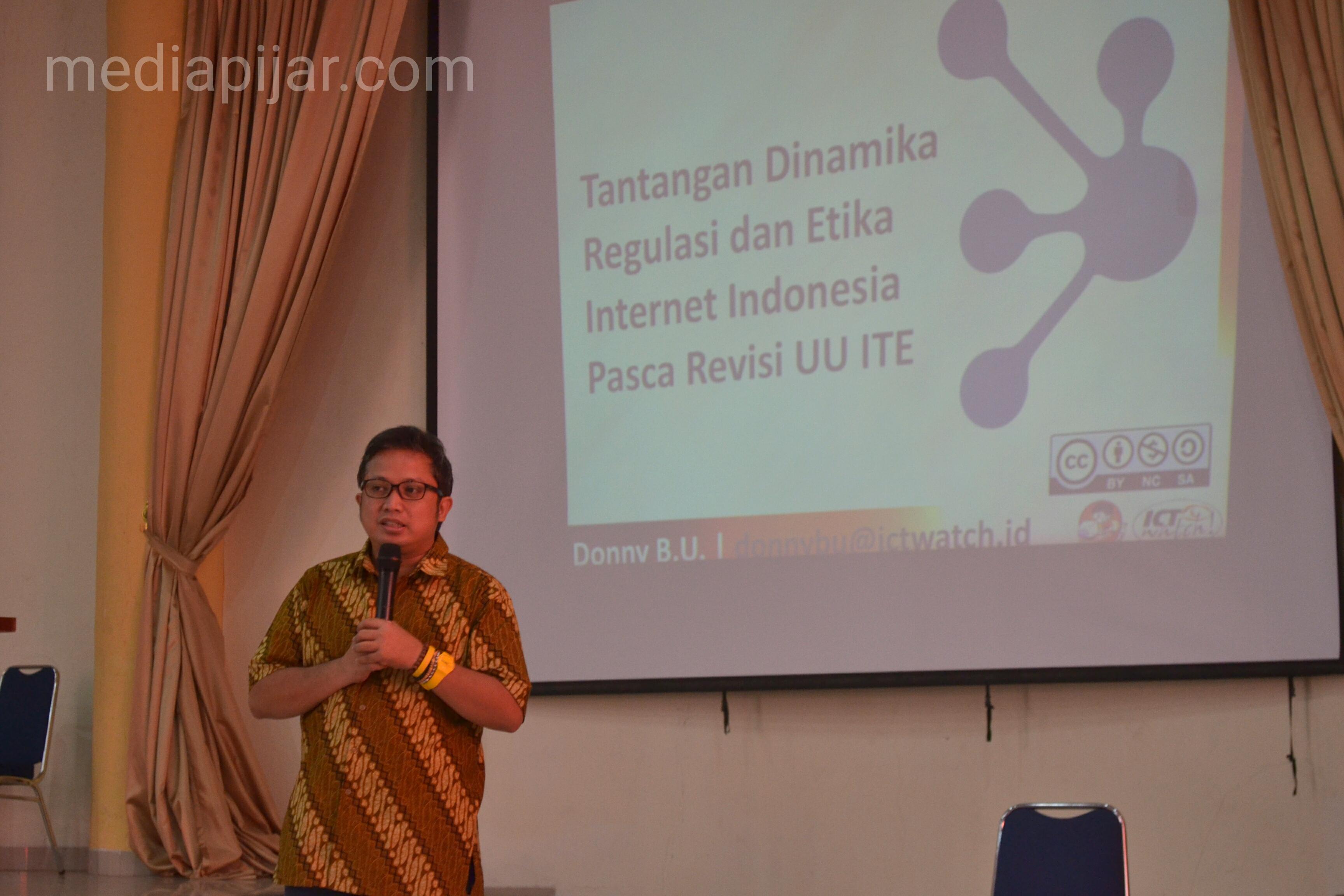 Donny, Executive Director ICT Watch Indonesia sebagai salah satu pemateri dalam Seminar Nasional PSY Generation di Aula Fakultas Farmasi Universitas Sumatera Utara, Medan. (11/03) (Fotografer : Reza Andika Putra)