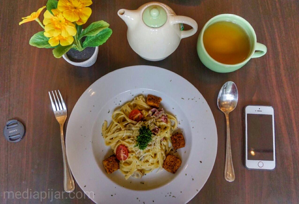 Antara aku dan hidangan yang ditemani oleh teman-temannya. (Fotografer : Putri Arum Marzura)