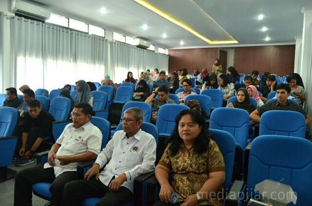 Antusiasme peserta mengikuti diskusi umum yang diadakan oleh PWI dalam rangka Hari Kebebasan Pers di Ruang Sidang FISIP USU (Kamis, 18/5). (Fotografer : Muhammad kurniawan)