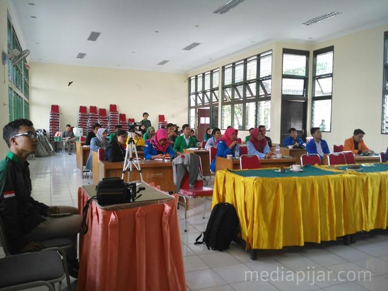 Antusias peserta Green Youth Camp mendengarkan materi mengenai isu lingkungan di Balai Pusat Pelatihan Pertanian Medan 11-15/5. Fotografer : lucky andriansyah