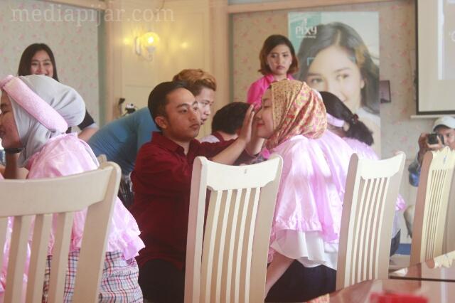 Suasana beauty class dalam rangkaian acara spring time di Meneer Cuisin. Beauty class ini merupakan program kerja dari Divisi Humas IMAJINASI FISIP USU (Sabtu, 20/05). (Fotografer : Muhammad Abdul Fattah)