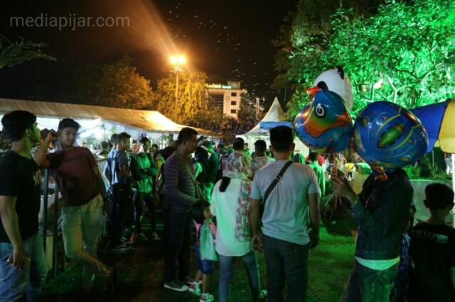 Pengunjung memadati arena Ramadhan Fair yang dibuka selama bulan puasa sepanjang Jalan. Masjid, Kota Medan. (Fotografer : Gabriella Aprilly)