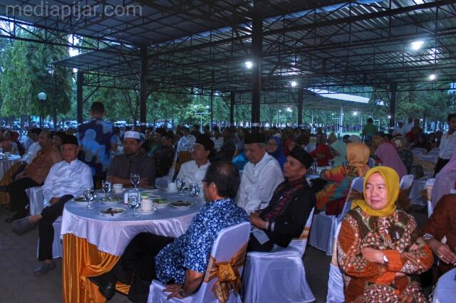 Suasana buka bersama Rektor dan dosen USU dalam ajang menjalin silahturahmi di pelataran biro rektor USU, (9/6) (Fotografer : Dita Andriani)