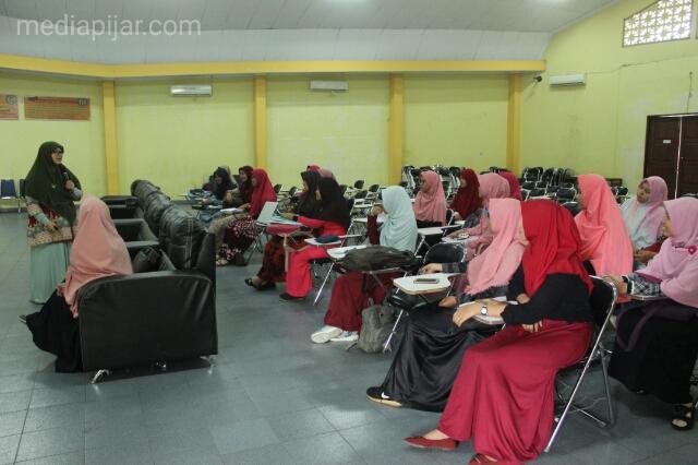 Para peserta dengan serius mendengar materi mengenai cahaya surga dari mata sang muslimah, aula teknik USU (10/6) (Fotografer: Dita Andriani)