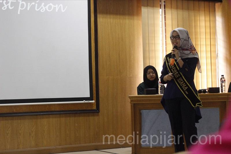 Dinda Nazlia selaku Mahasiswa Berprestasi USU 2017 juga ikut menjadi pengisi acara di Aula Abdul Hakim FK USU (30/09). (Fotografer : M.Abdul Fattah)