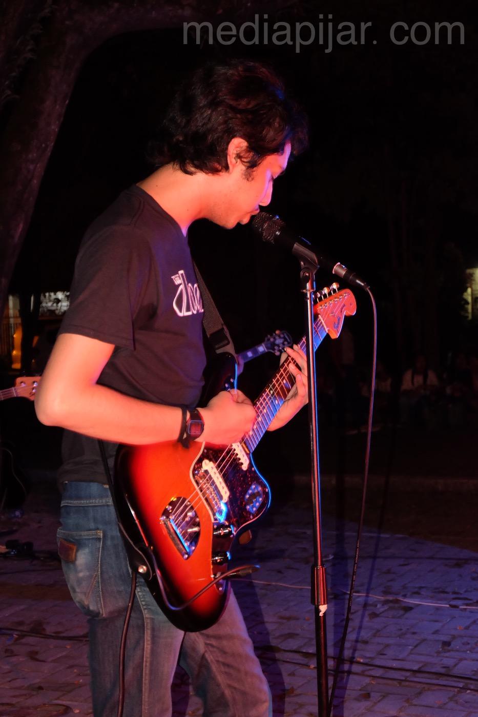 Salah satu gitaris band pengisi acara Tigerhead Vol.02 Ilmu Komunikasi.