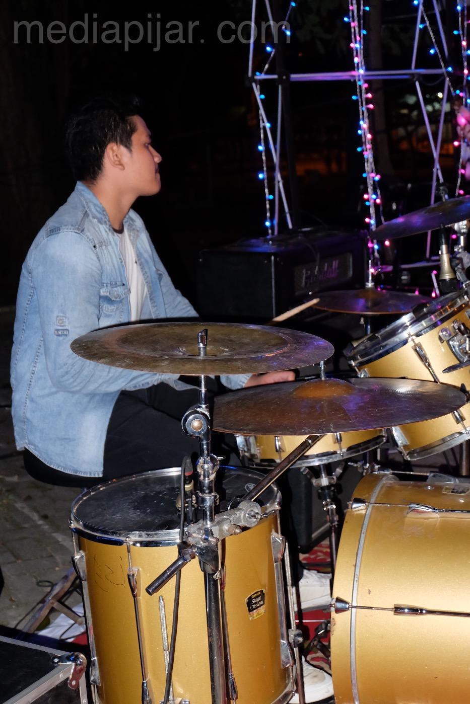 Salah satu drummer band pengisi acara Tigerhead Vol.02 Ilmu Komunikasi.