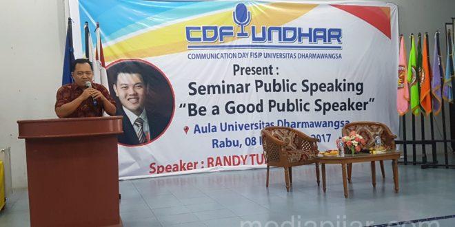 Penyampaian kata sambutan oleh Wakil Dekan FISIP Undhar Kariaman Sinaga, MAP dalam acara Seminar Public Speaking yang berada di Aula UNiversitas Dharmawangsa. (8/11)