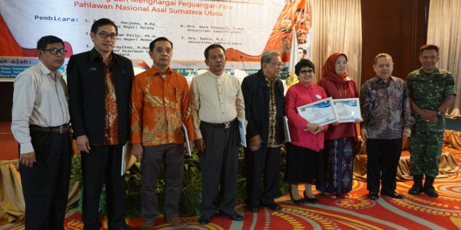 Penyerahan piagam penghargaan dari pihak panitia kepada para narasumber dalam kegiatan Seminar Nasional Mengenang dan menghargai perjuangan para pahlawan di Sumatera Utara yang berlokasikan di Four Points Hotel Medan pada Selasa (21/11).
