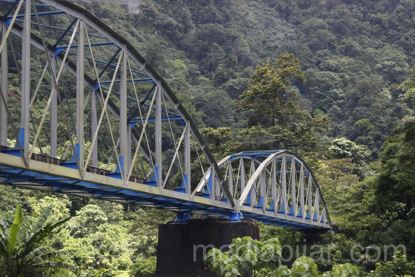 Terus maju demi satu tujuan, hutan dan gunung bukan rintangan. (Lokasi: Fly Over Kereta Api Padang Panjang, Sumatera Barat). (Fotografer : Muhammad Abdul Fattah )