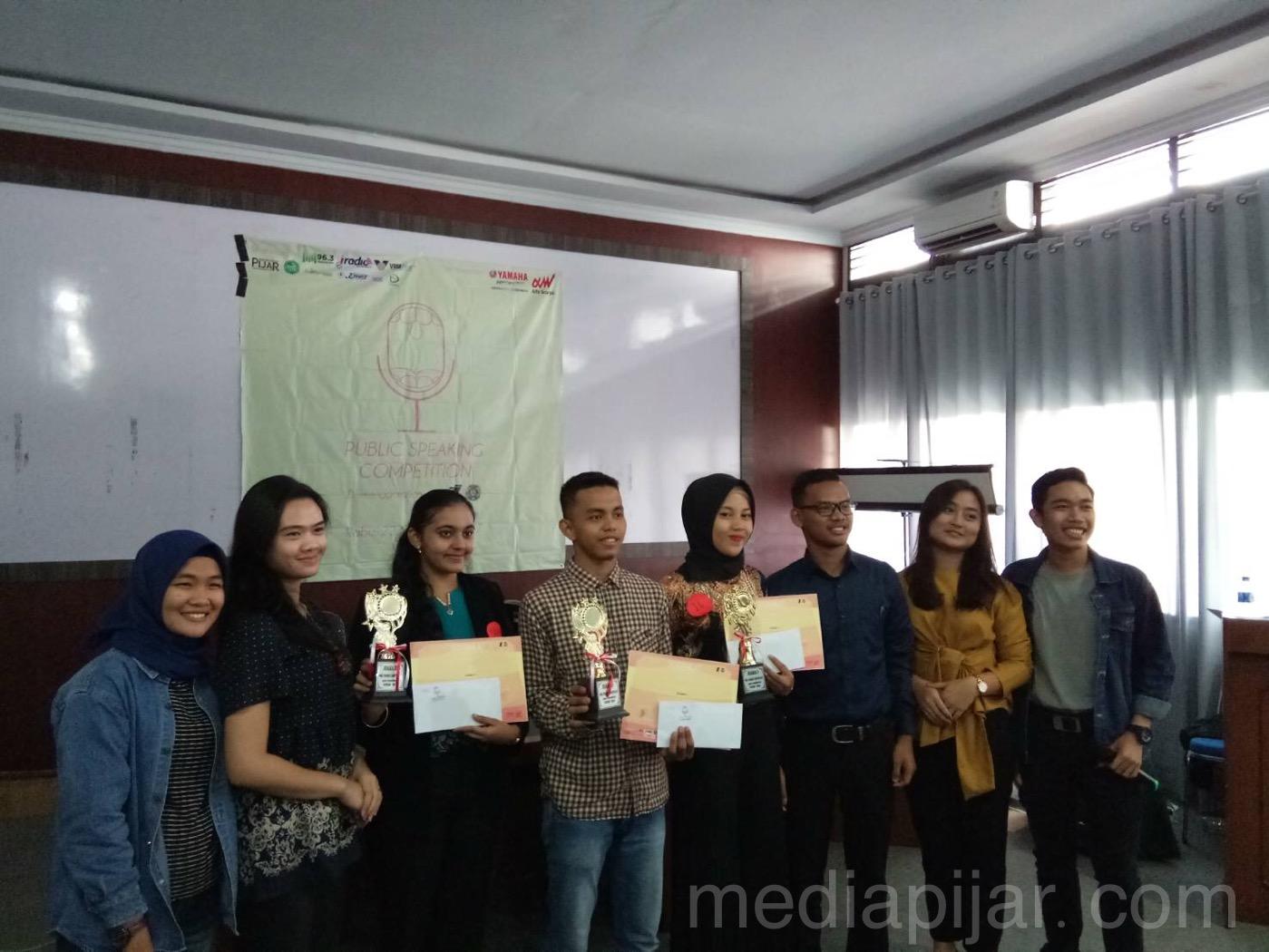 Para pemenang Public Speaking Competition oleh Divisi Humas Imajinasi berfoto bersama Juri dan MC (22/11). (Fotografer: Fiona Matulessya)