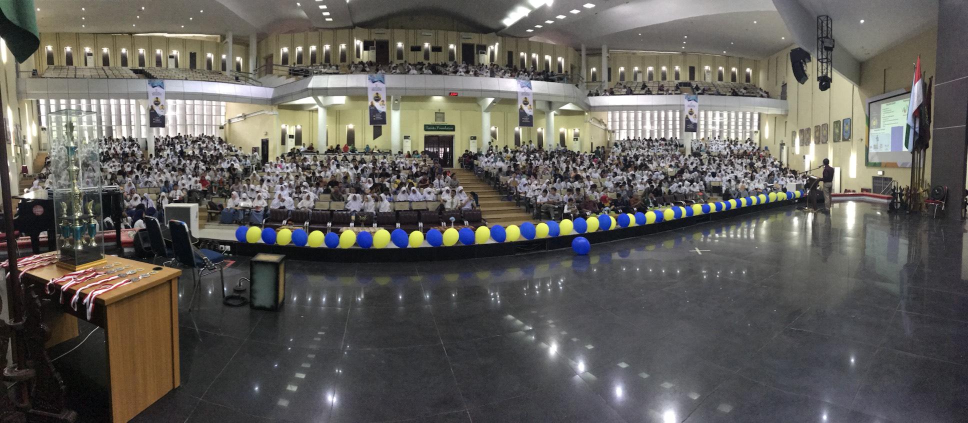 Antusiasme peserta olimpiade Senior High School Competition (SHSC)  terlihat dari banyaknya peserta yang hadir 2 jam sebelum acara dimulai (26/11). Sumber Foto: Panitia Acara