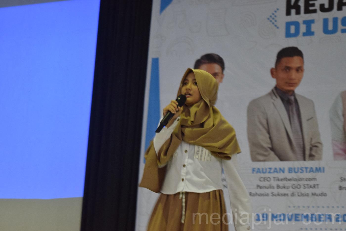 Arafah Rianti pada saat memberikan materi stand up comedy di Auditorium UNIMED (19/11). (Fotografer: Novita Arum)