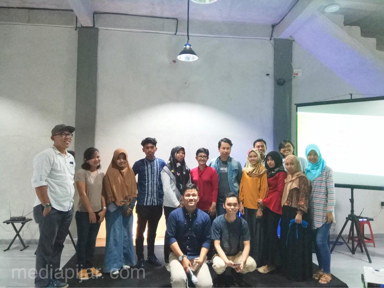 Peserta kelas Blogger berfoto bersama dengan pemateri, Mollyta Mochtar (11/11). (Fotografer : Mutia Rahma)