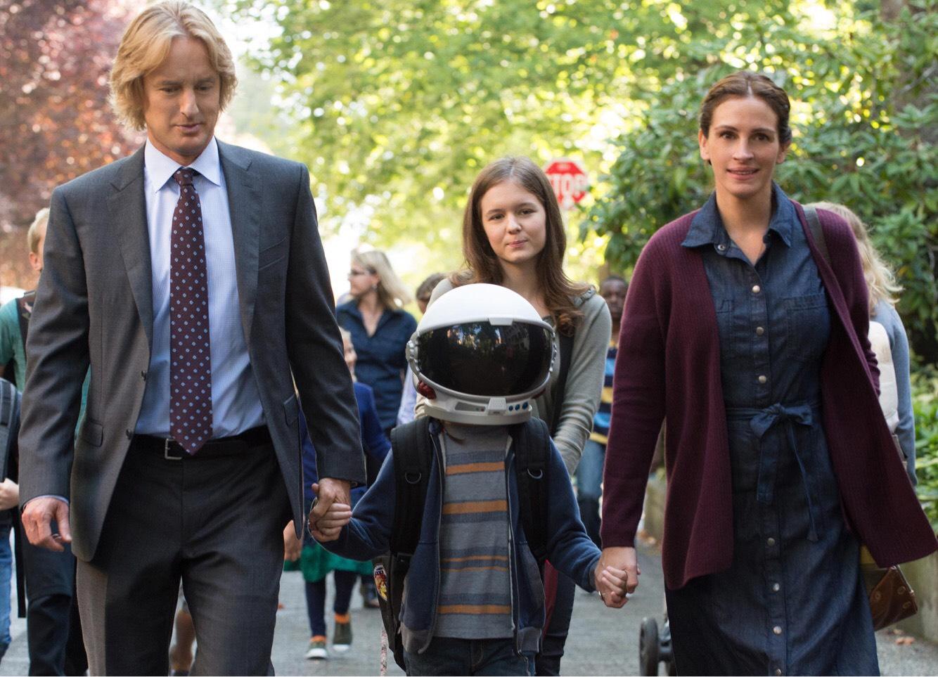 Auggie (Jacob Trembley) berjalan menunu sekolah barunya bersama kedua orang tua dan kakaknya.