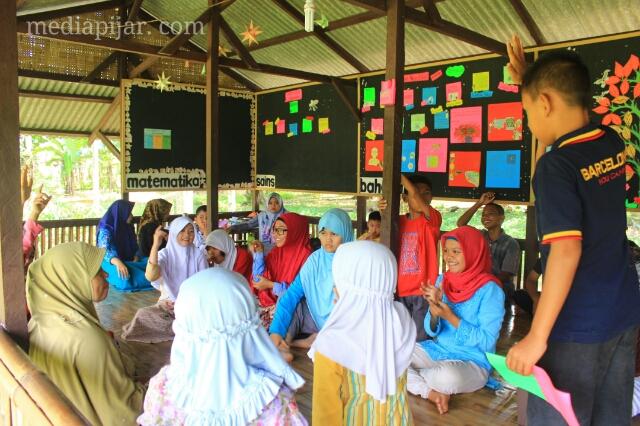 Antusias anak saat belajar di sekolah Alam Medan Raya (fotografer : Dita Andriani)