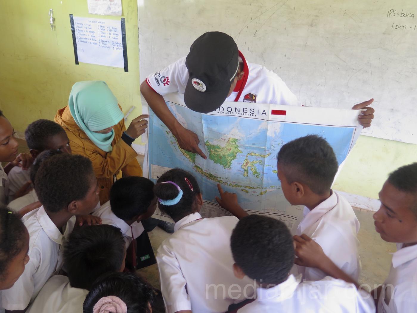 Melihat peta Indonesia di ujung timur Papua. (Fotografer: Dita Andriani)