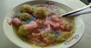 Sajian bakso dengan kuah soto bening khas Surabaya.  (Fotograger: Savira Dina)