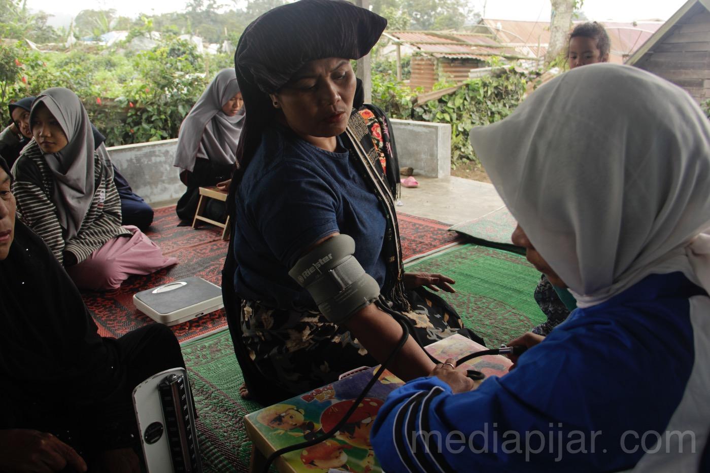 Suasana cek kesehatan oeh Beastudi Etos Medan melalui program desa produktif pada Senin (25/12) di Desa Ndeskati, Kabupaten Karo.