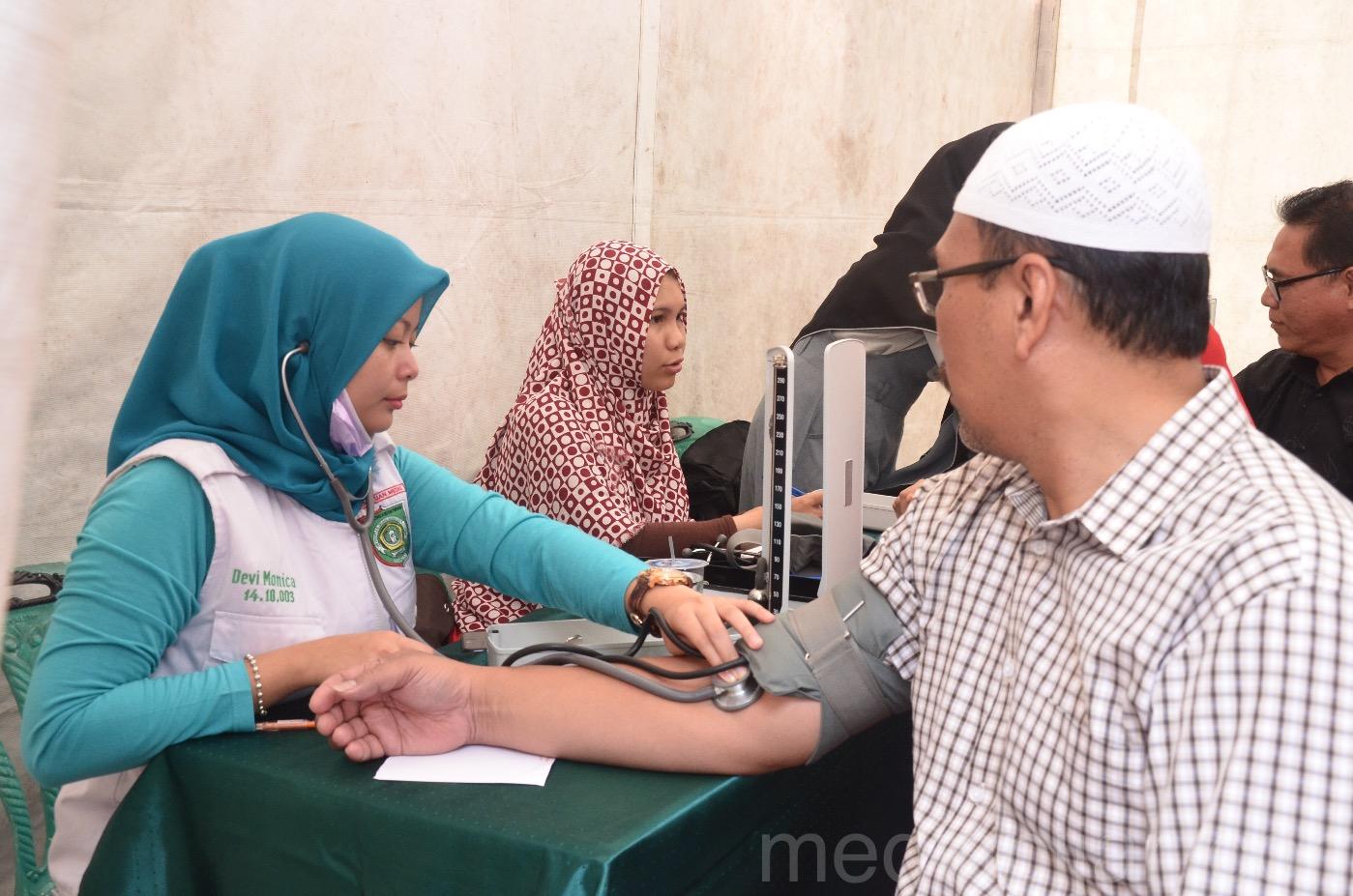 Suasana pemeriksaan kesehatan dalam rangkaian acara peringatan Maulid Nabi yg diadakan di Masjid Al-hidayah (24/12). (Fotografer: Savira Dina)