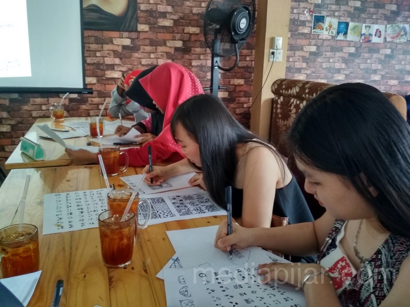 Suasana kegiatan Anniversary Full of Doodle Art regional Medan yang diselenggarakan pada Minggu (14/01) di Waroeng Mood Jalan Sisingamangaraja Medan.