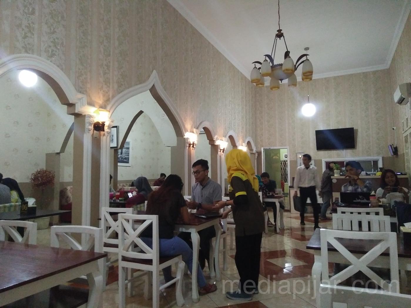 Suasana indoor kafe kembar yang terletak di Jl. Sakti Lubis, Medan. (fotografer: Savira dina)