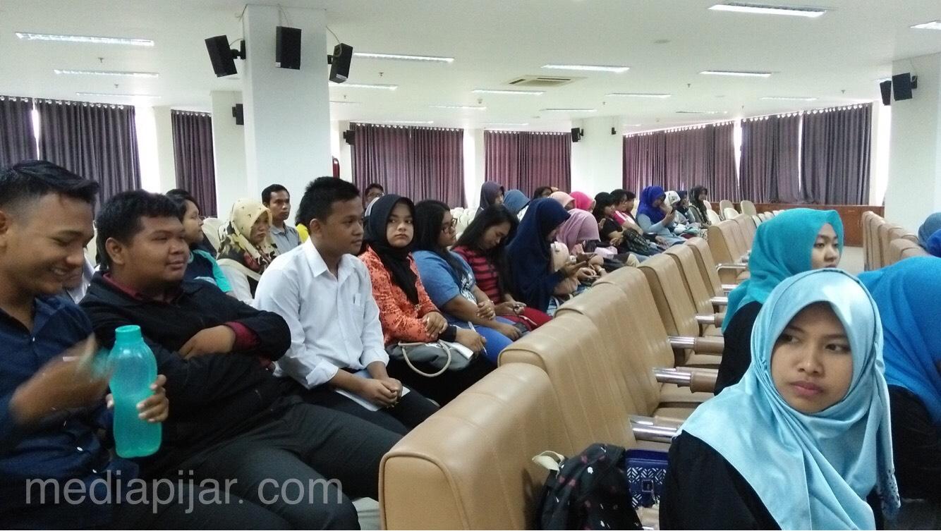 Peserta mengikuti acara Workshop Persma Kreatif di Digital Library UNIMED (24/2). (Fotografer : Annisa Rahmi)