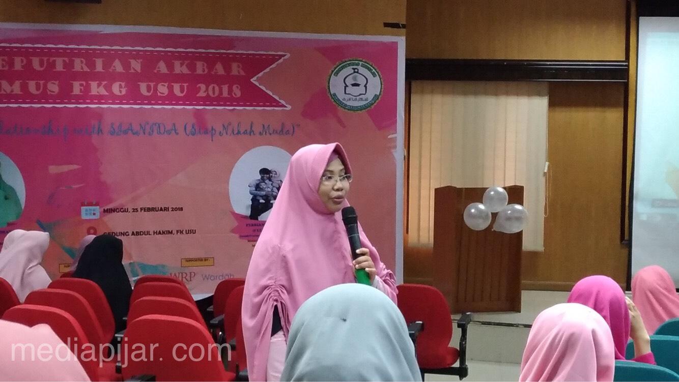 dr. Fitria Ramadhani S. Pane sedang memaparkan materi tentang kesehatan reproduksi pada acara Keputrian Akbar K-Mus FKG USU di gedung Abdul Hakim lantai 3 FK USU, Minggu (25/2) (Fotografer : CICI ALHAMDAINA)