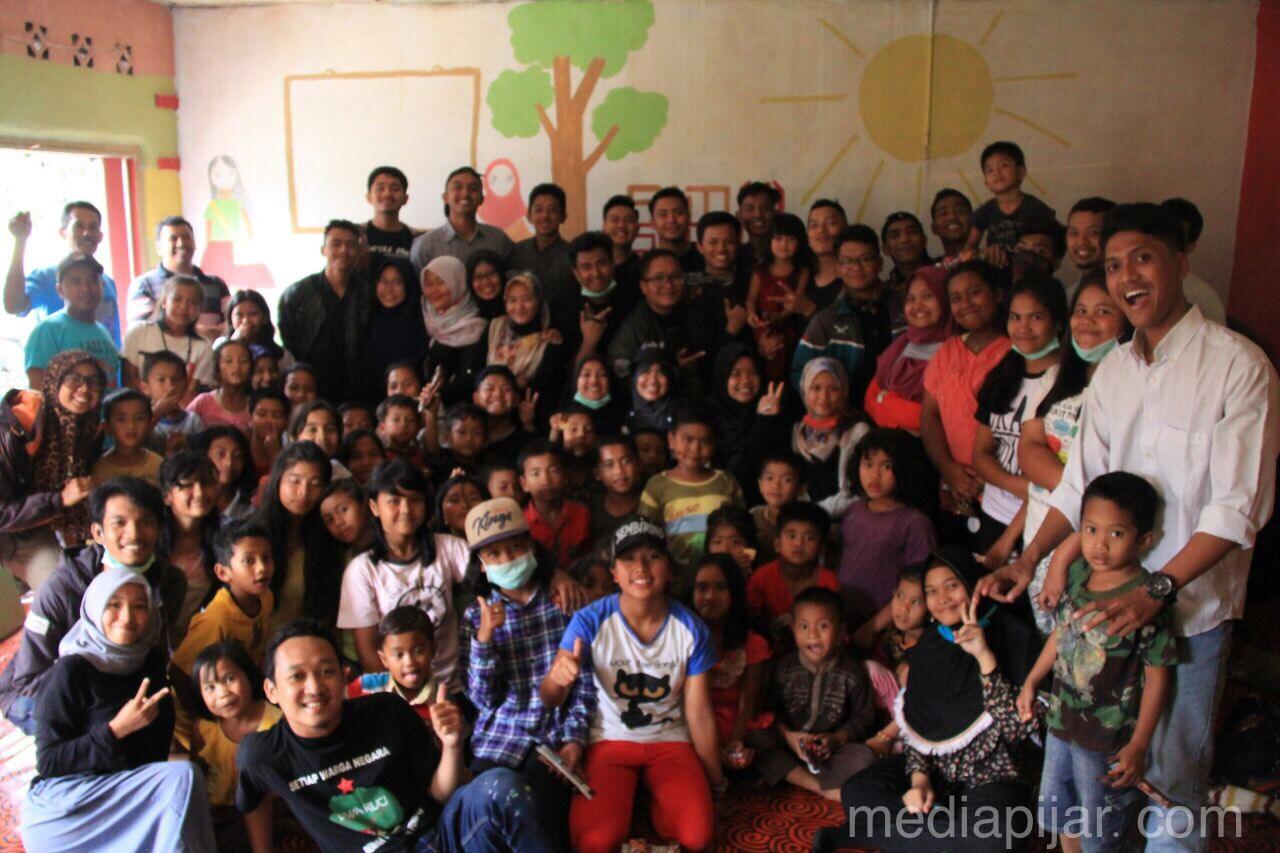 Foto bersama relawan GenCar dan anak-anak desa Perbaji, Kabupaten Karo Fotografer : Intan Sari