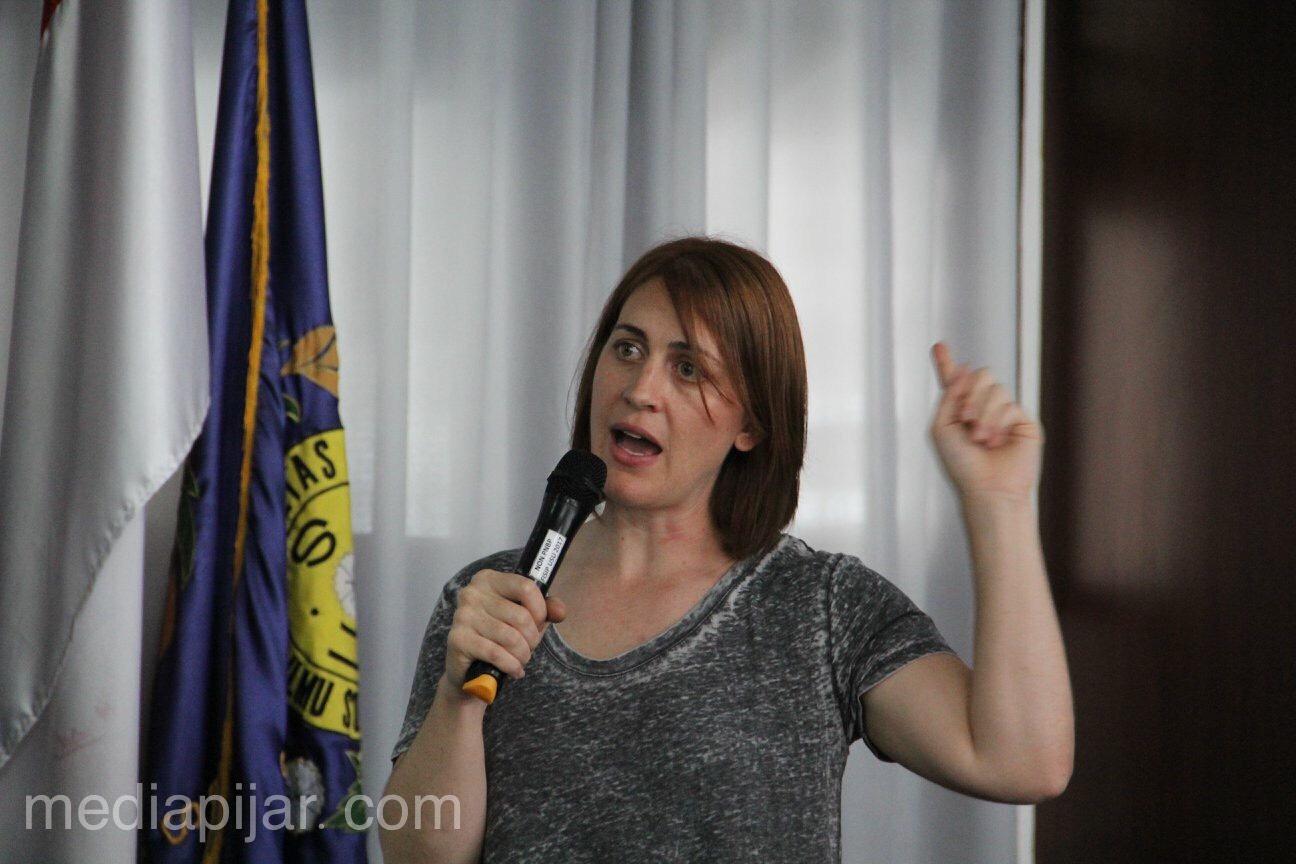 Ashley Hasz memberikan materi tentang marketing perfilman yang diadakan di Ruang Sidang FISIP USU (5/3). (Fotografer : Rere Reviansyah)