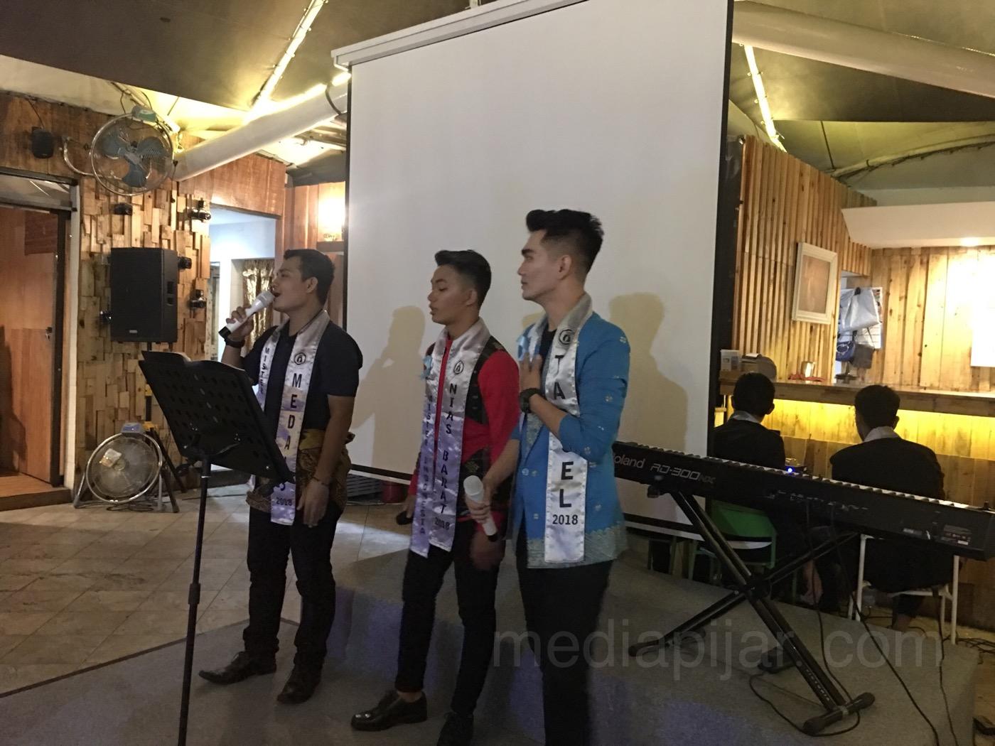 Musikalisasi puisi oleh Finalis Mister Indonesia Sumatera Utara 2018 dalam kegiatan aksi peduli korban Sinabung di kafe Potret Merdeka Walk pada Sabtu (24/3). (Fotografer: Lucky Andriansyah)