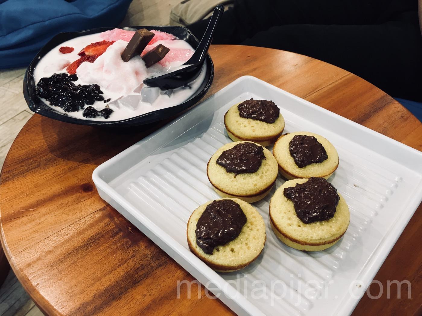 Kue Cubit dan Strawberry Fun Ice, cocok disantap sambil bersantai di Warung Kudeta yang ditawarkan dengan harga terangkau. (Fotografer: Frans Dicky Naibaho)