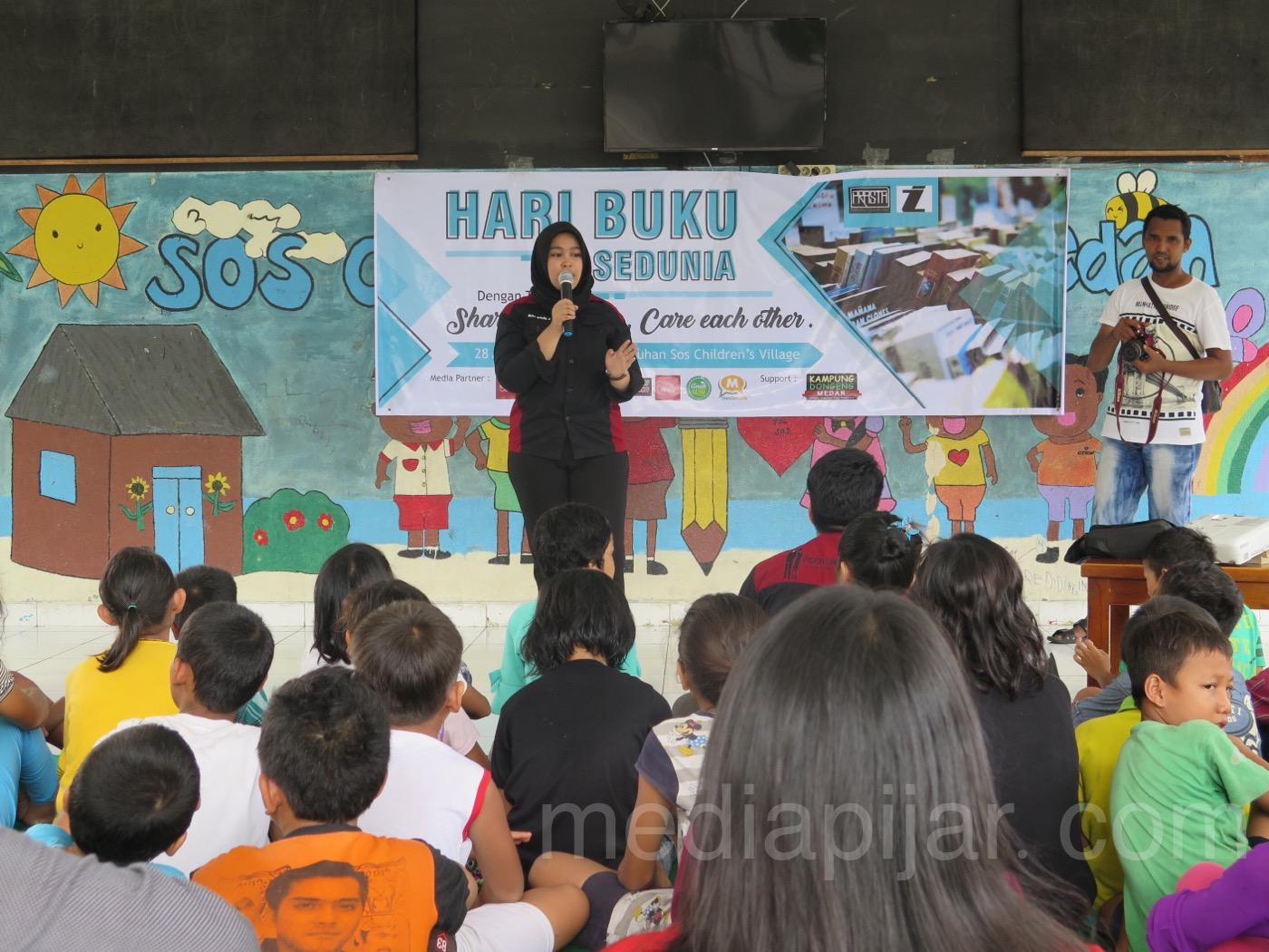 Pemberian materi mengenai pentingnya membaca buku sejak dini yang disampaikan oleh anggota Prasta kepada seluruh anak-anak di SOS Children's Village kota Medan. (28/4) (Fotografer: Frans Dicky Naibaho)