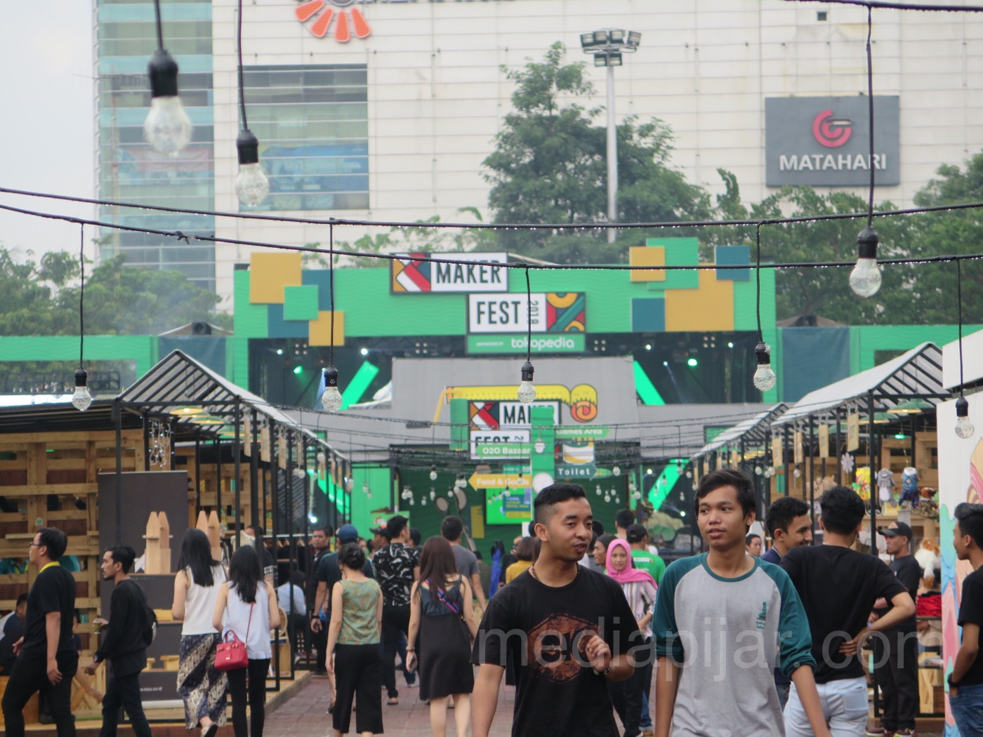Antusias masyarakat kota Medan mengunjungi stand-stand Maker Fest 2018 di Lapangan Benteng. (8/4) (Fotografer: Frans Dicky Naibaho)