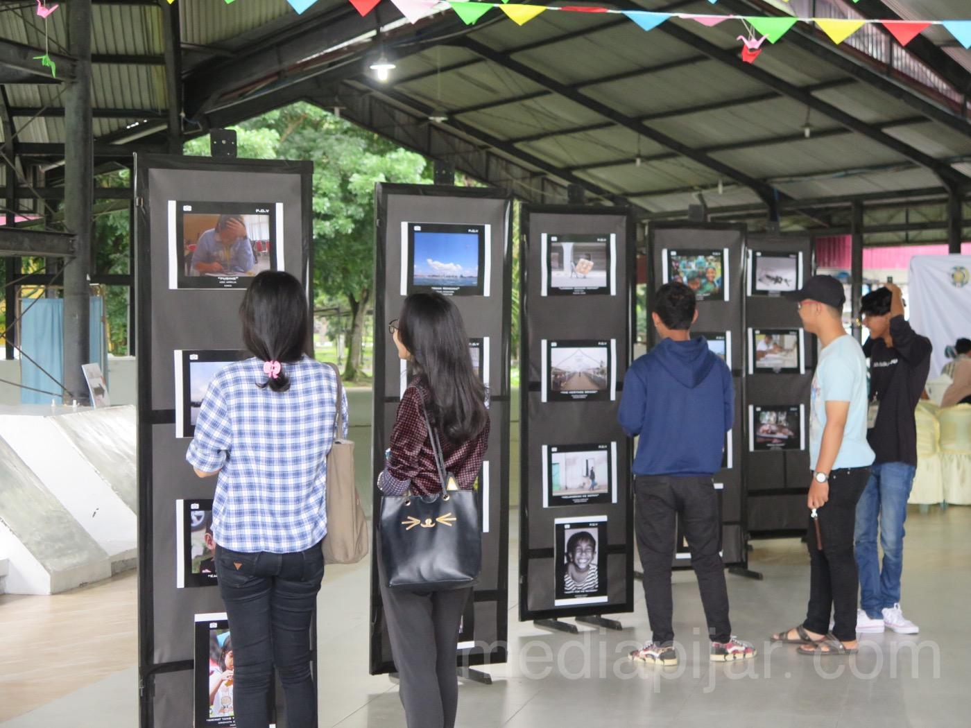 Pameran fotografi milik Mahasiswa/i USU yang mencuri perhatian pengunjung acara UKM Fotografi USU (26/4). (Fotografer: Frans Dicky Naibaho)