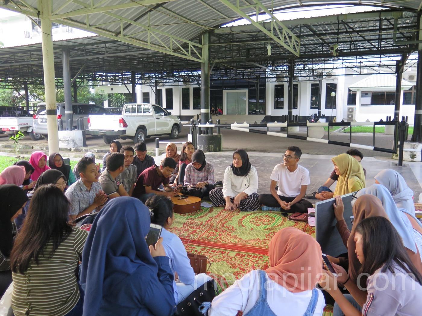 Suasana saat sesi sharing yang dipaparkan oleh perwakilan organisasi Prasta dan Fokus serta Divisi Pengembangan Organisasi IMAJINASI dalam kegiatan Pizza Time (28/4). (Fotografer: Hesmitha Eunike)