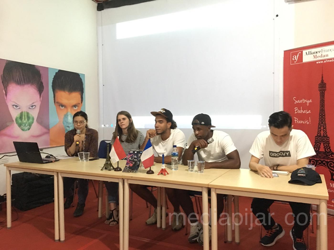 'French Wingz Press Conference' yang diadakan oleh Alliance Francaise de Medan dalam rangka mengenalkan Kebudayaan Grup Tari ini di kota Medan. (20/4) (Fotografer: Frans Dicky Naibaho)