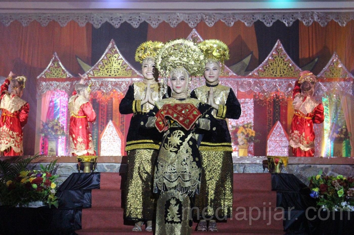 Tari Persembahan sebagai sajian pembuka dalam acara Pagelaran Budaya Minangkabau, Ikatan Mahasiswa Imam Bonjol (IMIB) di Gelanggang Mahasiswa Universitas Sumatera utara (USU). (27/4) (Fotografer: Frans Dicky Naibaho)
