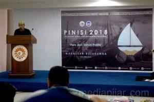 Sambutan oleh Resa sayhputra selaku Pimpinan Umum LPM Profesi dalam rangkaian acara pembukaan PINISI 2018 (05/04). (Fotografer: Muhammad Abdul Fattah)