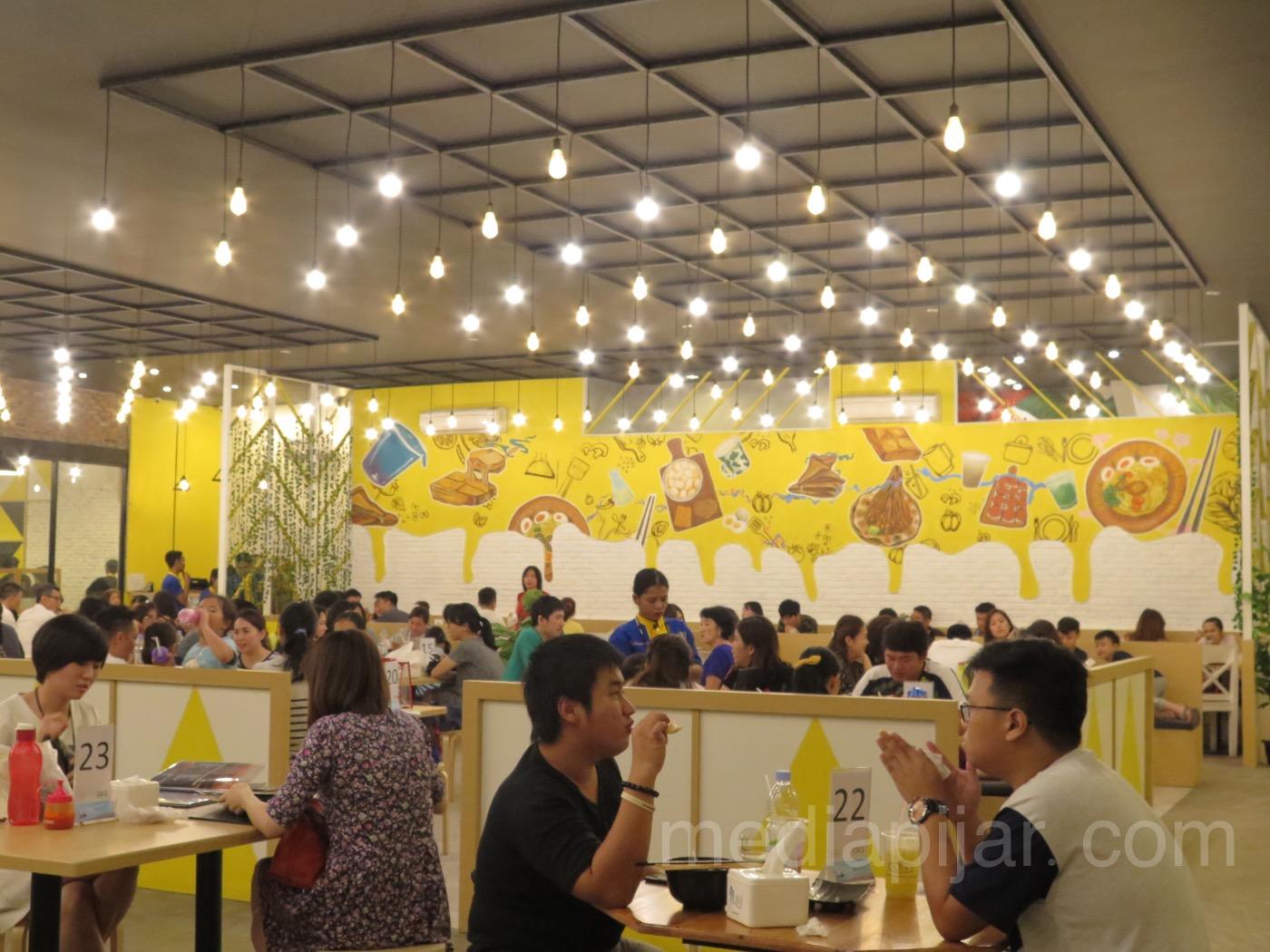 Suasana Warung Wakaka yang dipenuhi oleh pengunjung seraya menikmati makanan khas Wakaka (11/4). (Fotografer: Frans Dicky Naibaho)