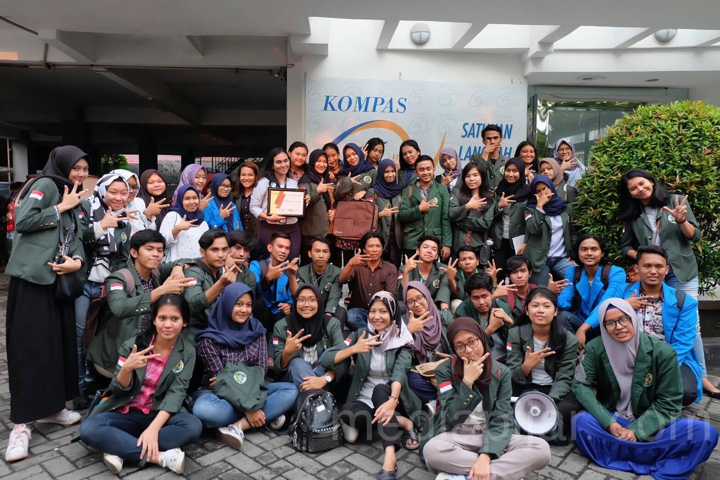 Suasana kunjungan Media ke Kompas TV di Hari kedua pada acara Pelatihan Jurnalistik Tingkat Dasar (29/3). (Fotografer: Putri Arum Marzura)