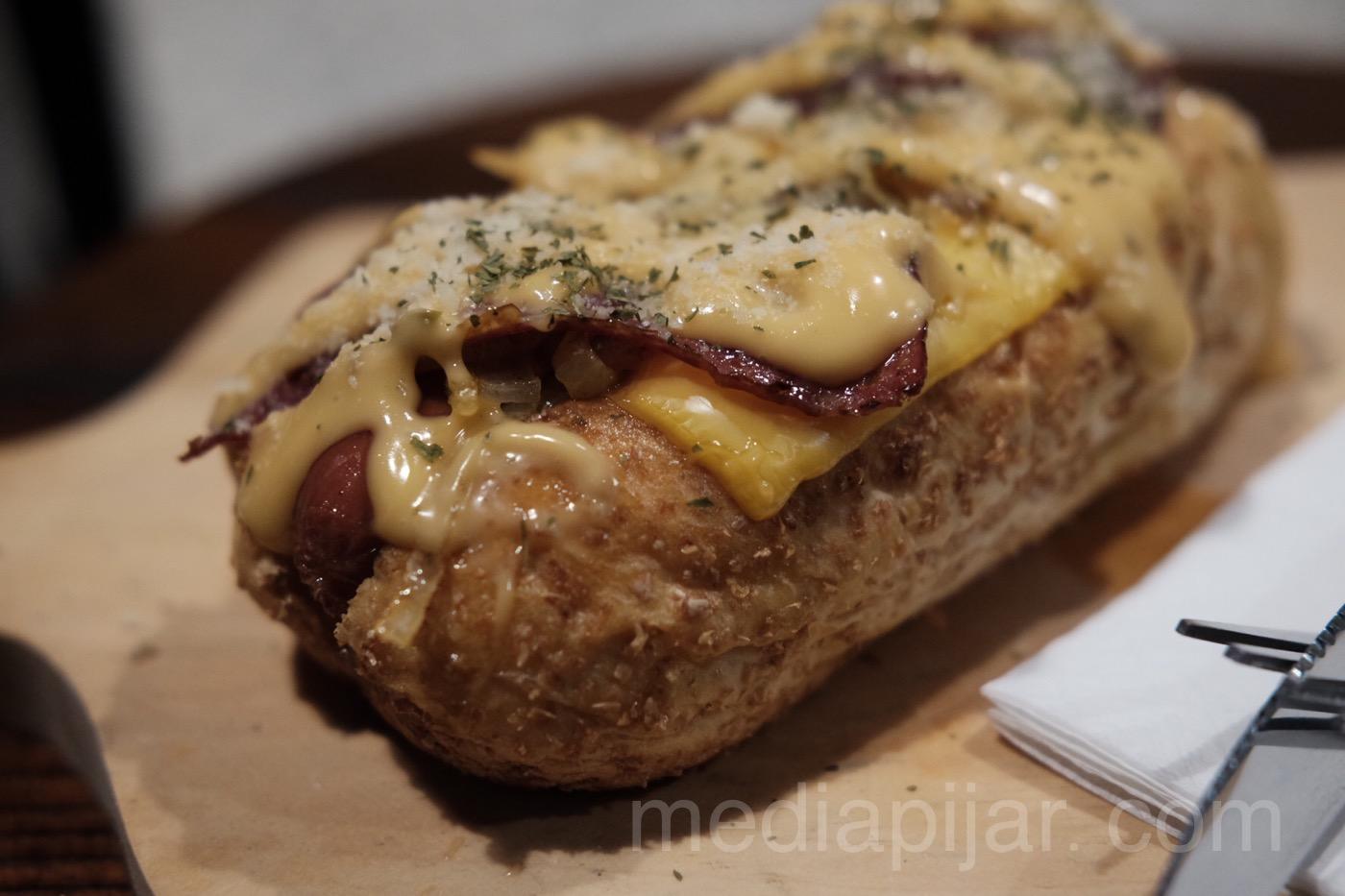 Lelehan keju yang membalut roti dan daging sangat mengundang selera. (Fotografer: Putri Arum Marzura)