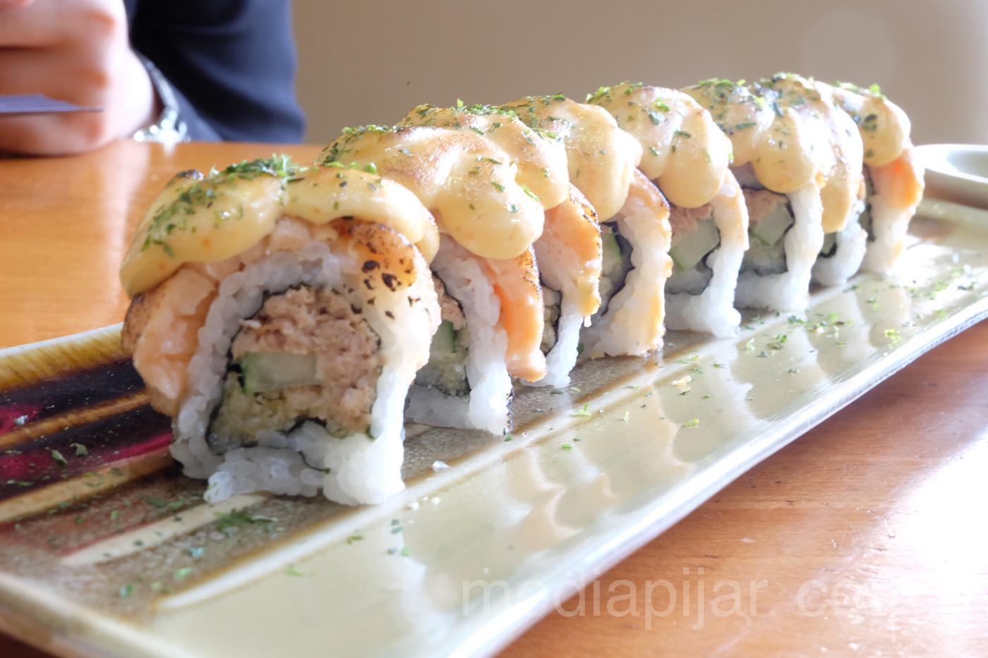 Gumpalan nasi yang berisi aneka ragam seafood. (Fotografer: Putri Arum Marzura)